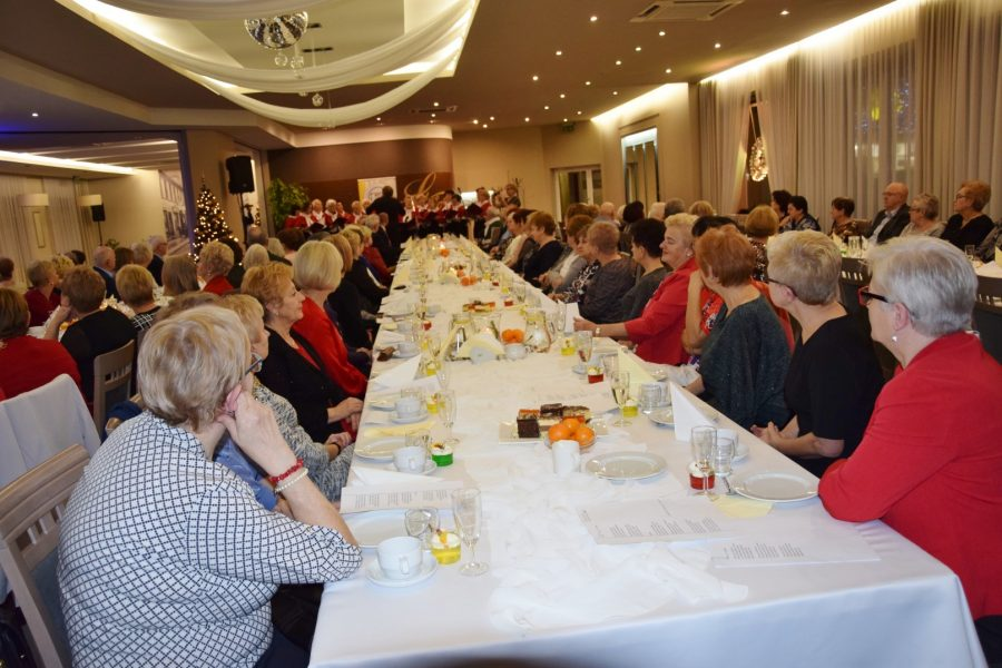 Seniorzy przy świątecznym stole